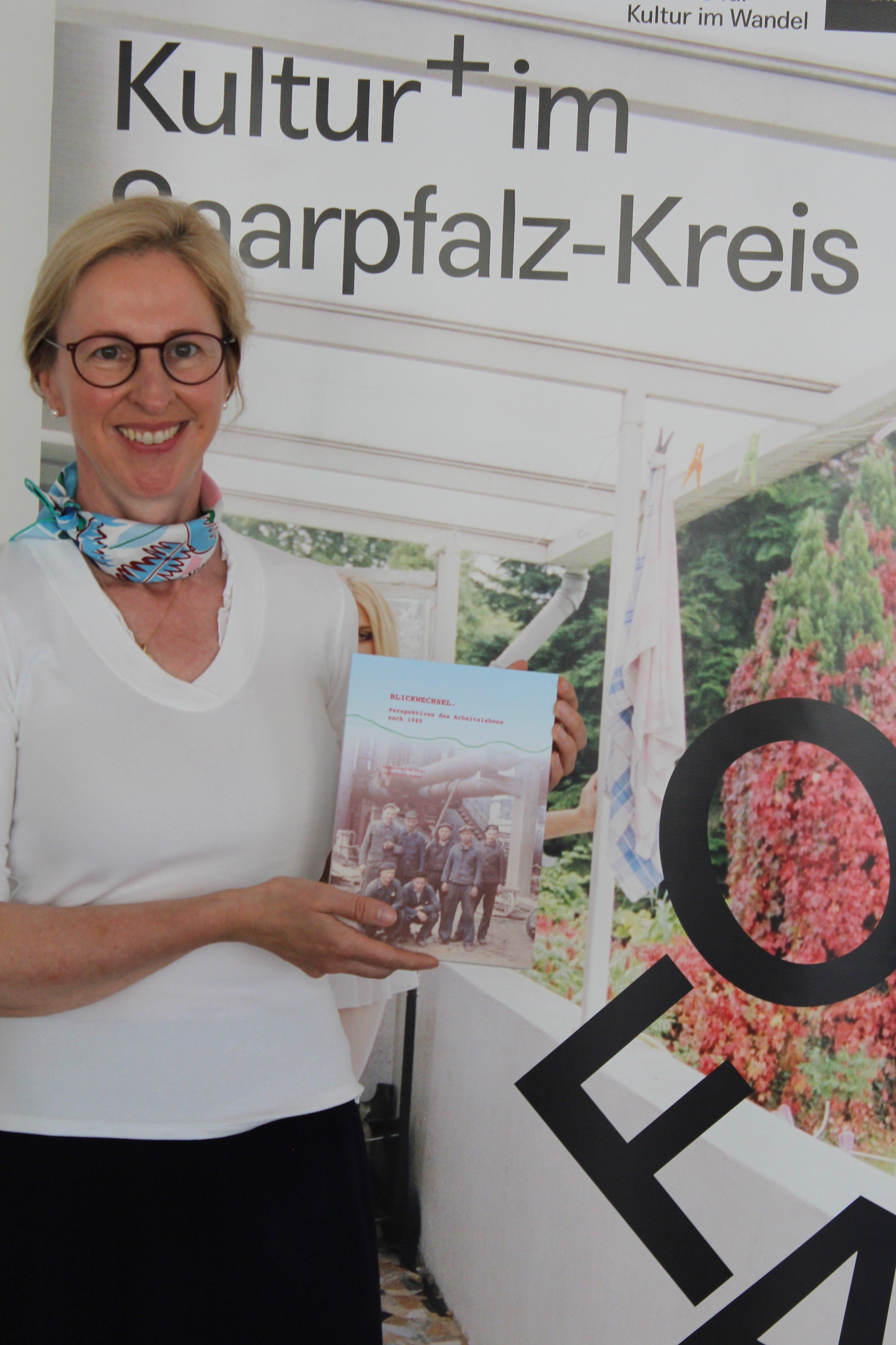Frau Dr. Ertle hält das projektbezogene, druckfrische Buch in Händen